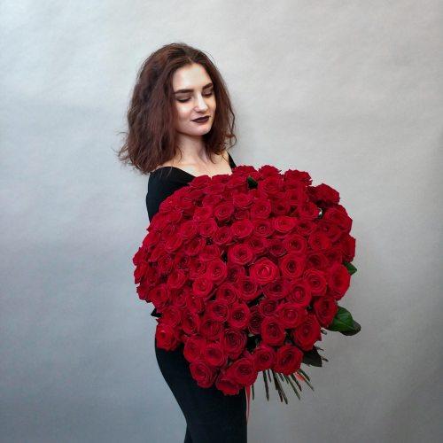 Рубиновая россыпь - 101 красная роза